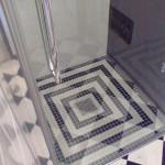 Piatto doccia a pavimento con mosaico posato in opera