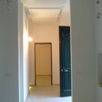 L'ingresso all'abitazione è definito da una zona aperta con varchi privi di architravi per evidenziare l'altezza unitaria dell'abitazione.