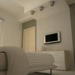 La parete bianca separa la parete in due parti, una con accesso al bagno in camera, l'altra con accesso alla cabina armadio.