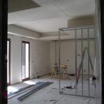 Cartongesso a soffitto montato. In corso la fase di montaggio della parete schermante.