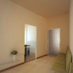 Progtto: il muro con andamento obliquo segna il percorso verso la stanza del medico