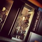 Realizzazione della vetrina di ingresso. Maggiore spazio per i manichini e un nastro nero effetto galleria...