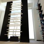 Proposta di restyling per l'interno: mensole in legno bianco per creare un gioco di vedo /non vedo tra interno ed esterno